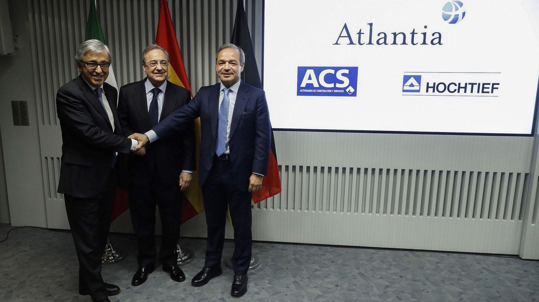 El presidente de ACS, Florentino Pérez (c); el consejero delegado de Atlantia, Giovanni Castelluci (i), y el presidente de Hochtief, Marcelino Fernández Verdes (d), en la presentación del acuerdo sobre Abertis.