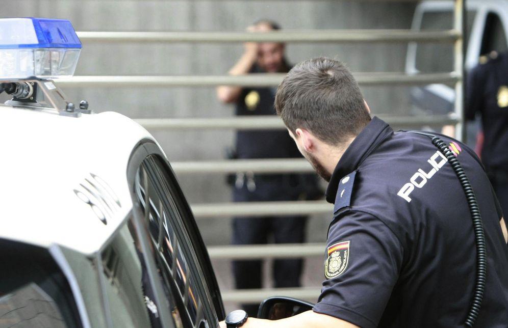 Foto: Varios agentes del Cuerpo Nacional de Policía a la entrada de los juzgados de A Coruña. (EFE)