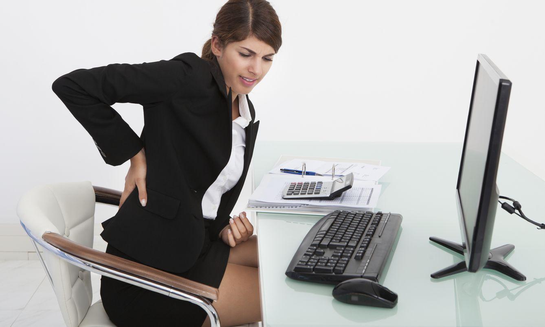 Foto: No es tu culpa trabajar sentado durante siete horas, pero sí eres responsable de sentarte mal en la silla y hacerte daño. (iStock)