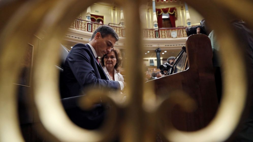 Foto: El presidente del Ejecutivo, Pedro Sánchez, junto a la vicepresidenta, Carmen Calvo. (EFE)