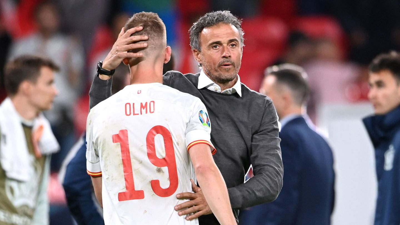 Luis Enrique consuela a Olmo tras la eliminación. (Reuters)