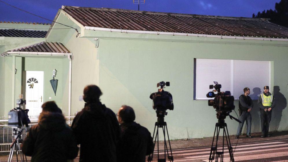 Foto: Periodistas, ante la casa del 'Chicle' en Rianxo. (EFE)