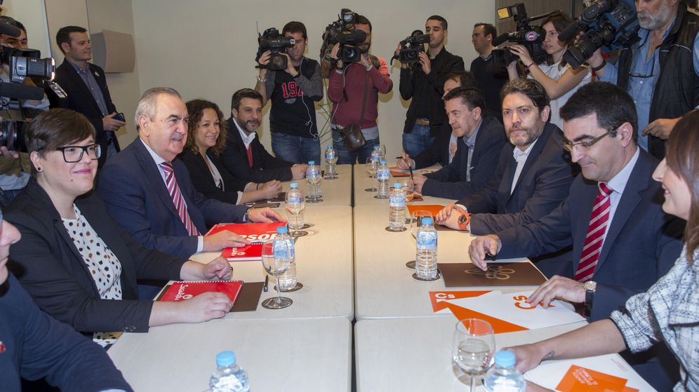 Foto: El secretario general del PSOE en Murcia Rafael González Tovar (2i), el portavoz de Ciudadanos en la Asamblea Regional Miguel Sánchez (3d), acompañados por diputados autonómicos. (EFE)