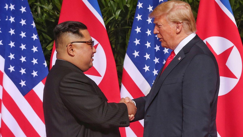 Foto: El histórico encuentro entre los dos líderes ha dado comienzo con un apretón de manos de 12 segundos. (EFE)