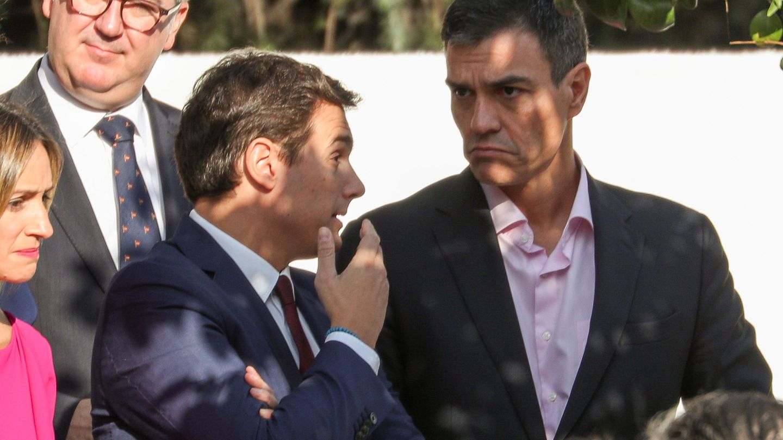Albert Rivera y Pedro Sánchez charlan durante el último desfile del 12-O, en Madrid. (Reuters)