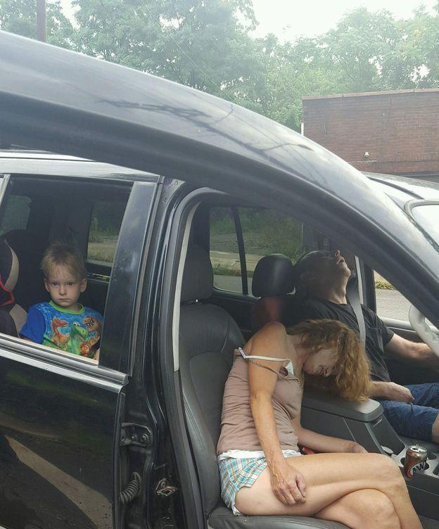 Foto: Imagen de los dos adultos con sobredosis en un coche y un niño en el asiento trasero. (Reuters)