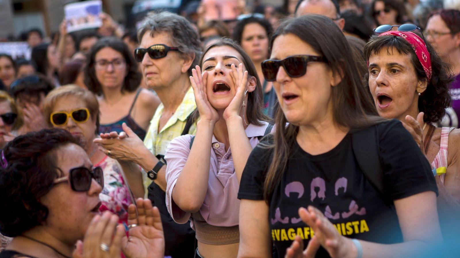 Foto: Cientos de personas concentradas en Barcelona para expresar su rechazo a la decisión de liberar a La Manada, este 21 de junio. (EFE)
