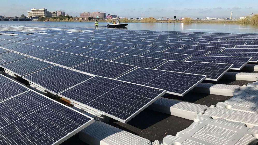 Foto: Paneles solares en un lago de Miami (Estados Unidos). Foto: EFE Ana Mengotti
