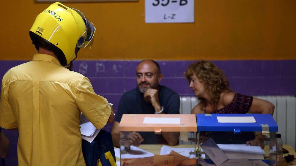Foto: Un cartero entrega el voto por correo en una de las mesas electorales. (EFE)