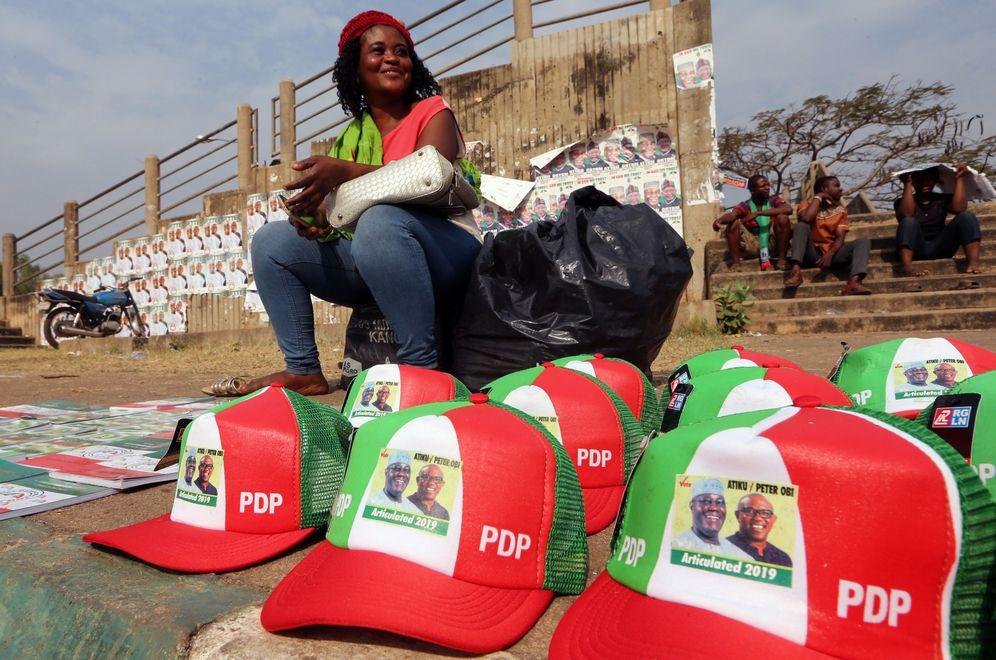 Foto: Venta de objetos de campaña en Makurdi, Nigeria. (Reuters)