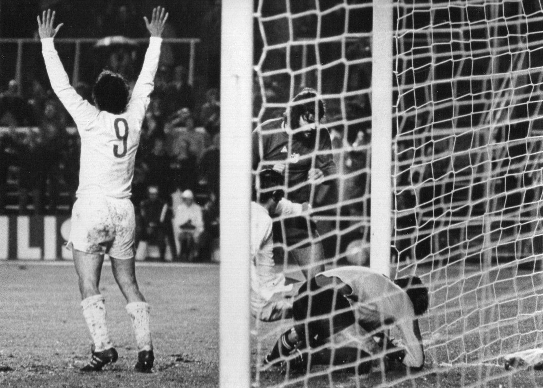 Foto: Santillana celebra un gol del Real Madrid.
