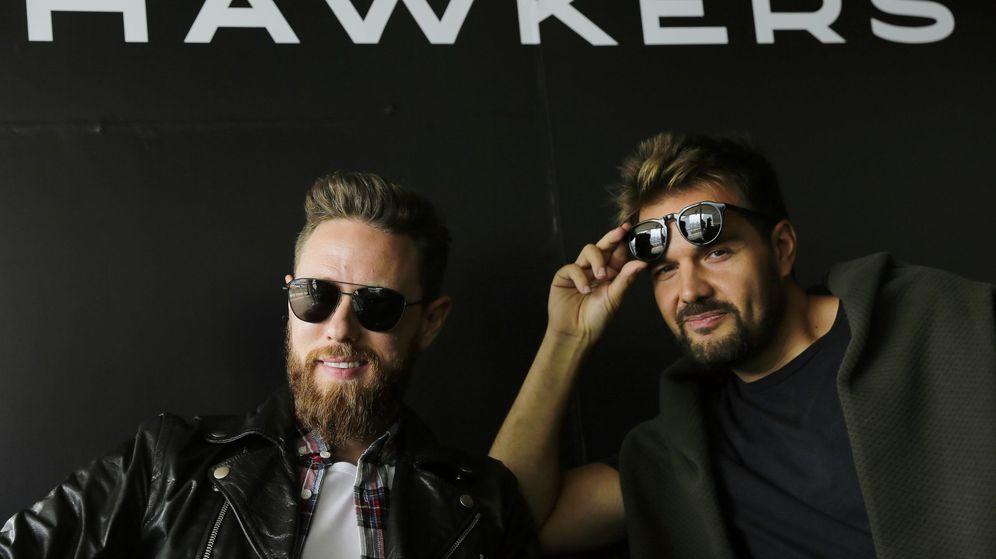 Foto: Los empresarios David Moreno (d) y Francisco Pérez (i) de la firma española Hawkers. (EFE)