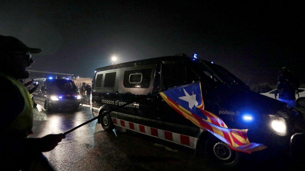 Foto: Furgonetas de los Mossos d'Esquadra salen de la cárcel de Lledoners. (EFE)