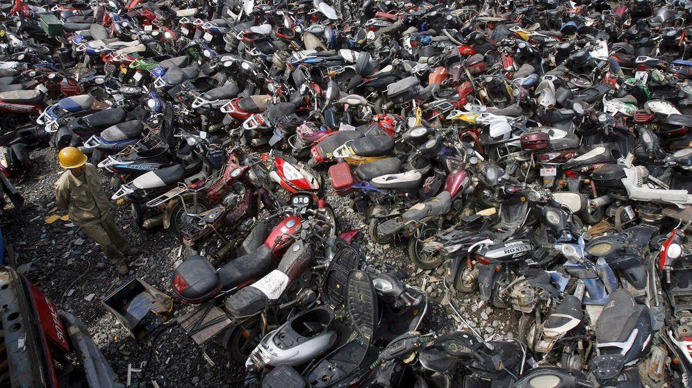 Foto: Imagen de archivo de un desguace de motos. (EFE)