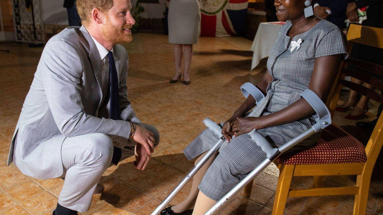 El príncipe Harry charla con Sandra. (Getty)