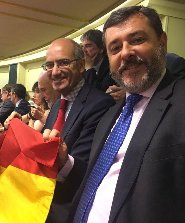 Foto:  Alfonso Candón, con la bandera con la que boicoteó ayer la protesta del PDeCAT