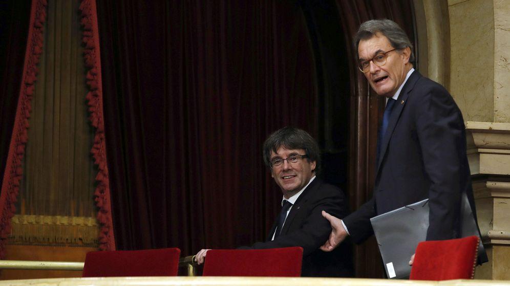 Foto: El presidente de la Generalitat, Carles Puigdemont (i), acompañado del expresidente de la Generalitat, Artur Mas. (EFE)