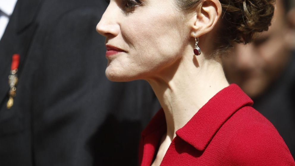 Doña Letizia luce un moño postizo para la entrega del Premio Cervantes