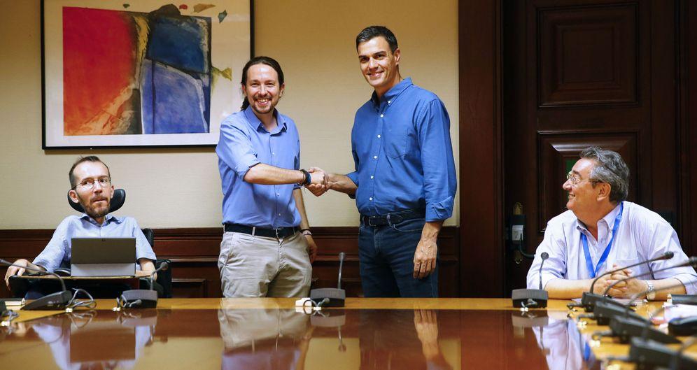 Foto: Pedro Sánchez y Pablo Iglesias, en la reunión del pasado 17 de julio en el Congreso. (EFE)