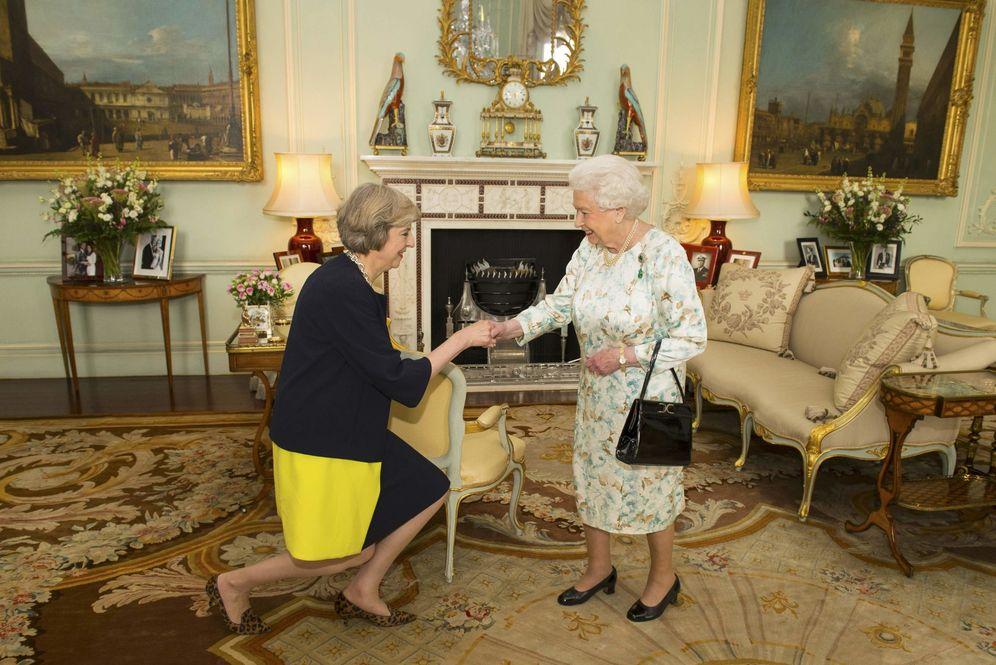 Foto: La reina Isabel II y Theresa May realizan el gesto que simboliza el traspaso de poderes. (Reuters)