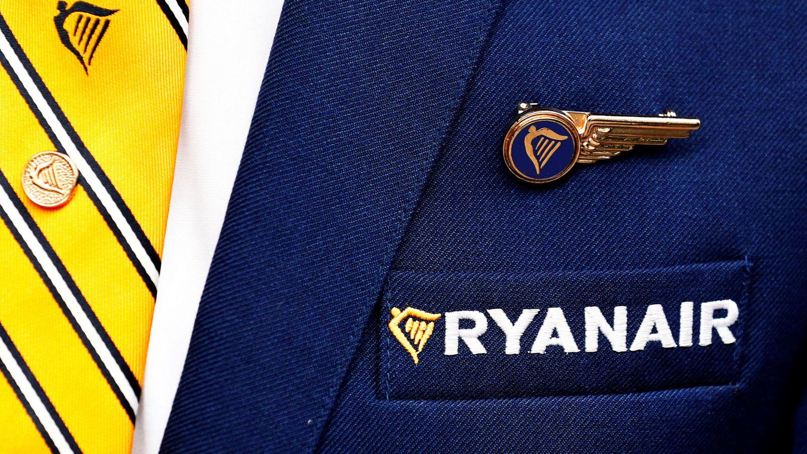 Foto: Los azafatos europeos de Ryanair amenazan con una huelga al mes si la empresa no atiende sus demandas. (Reuters)