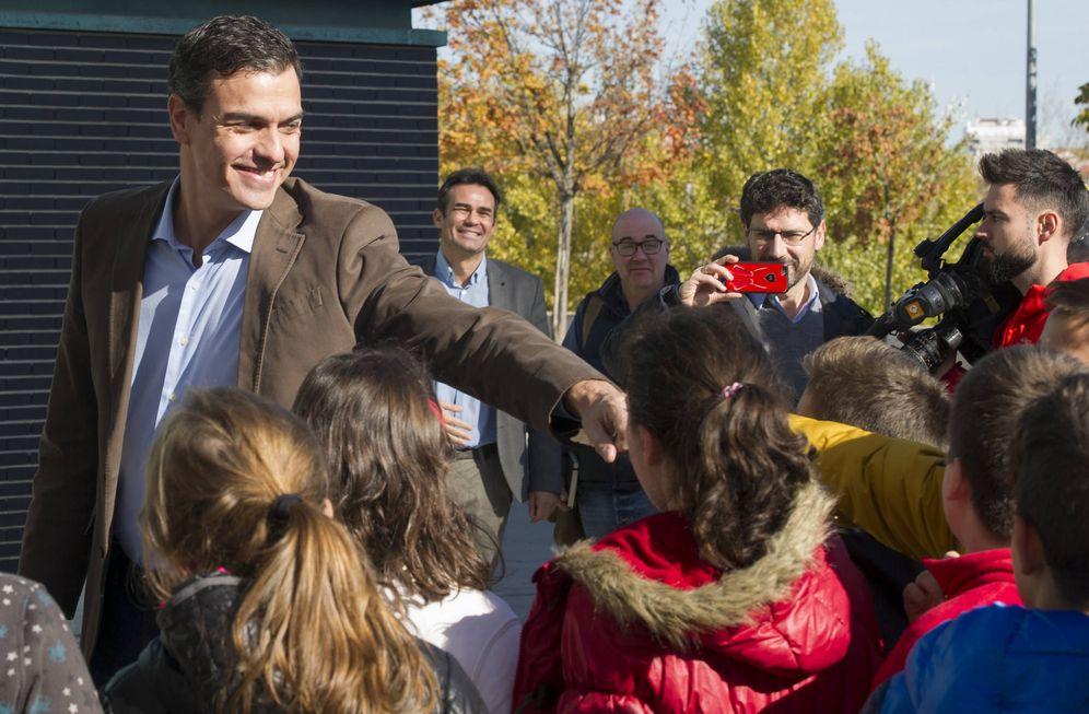 Foto: Pedro Sánchez saluda a unos escolares a la entrada del Museo de la Ciencia de Valladolid, este 17 de noviembre. (Borja Puig | PSOE)