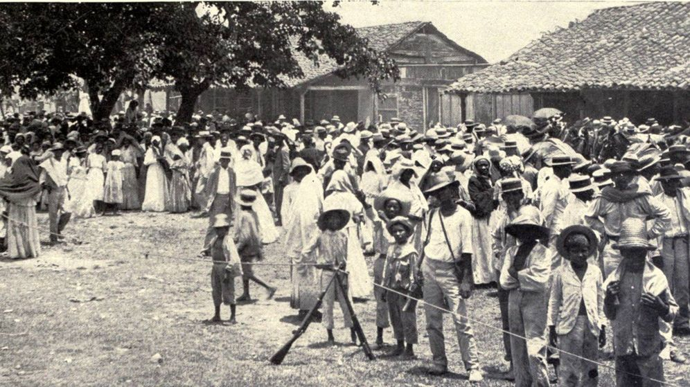 Foto: Refugiados en El Caney esperando su ración. (Wikipedia Commons)
