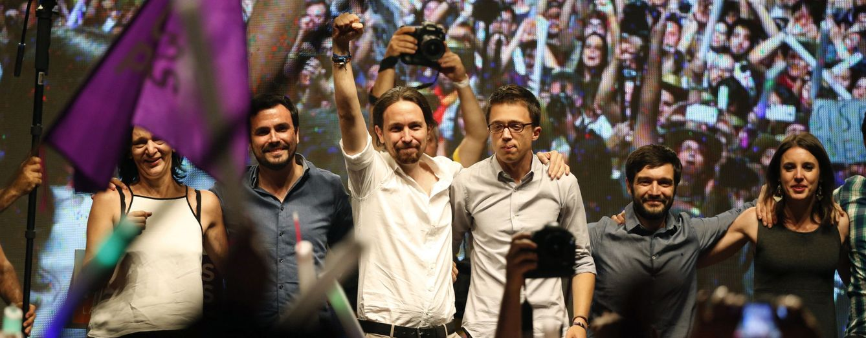 El líder de Unidos Podemos, Pablo Iglesias (3i), acompañado por Alberto Garzón (2i), Íñigo Errejón (3d), Carolina Bescansa (i) e Irene Montero (d). (EFE)