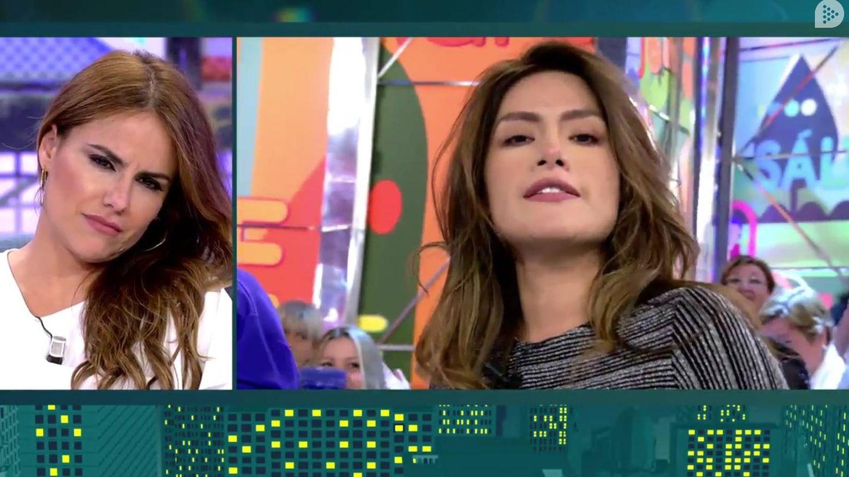 Mónica Hoyos escuchando las declaraciones de Miriam Saavedra en Telecinco.