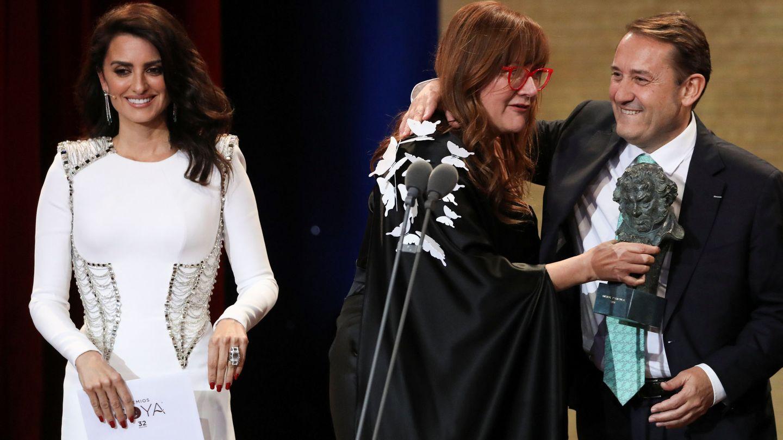 Coixet, junto a Penélope Cruz (i), recoge uno de sus premios Goya, en la gala de 2018. (Reuters)