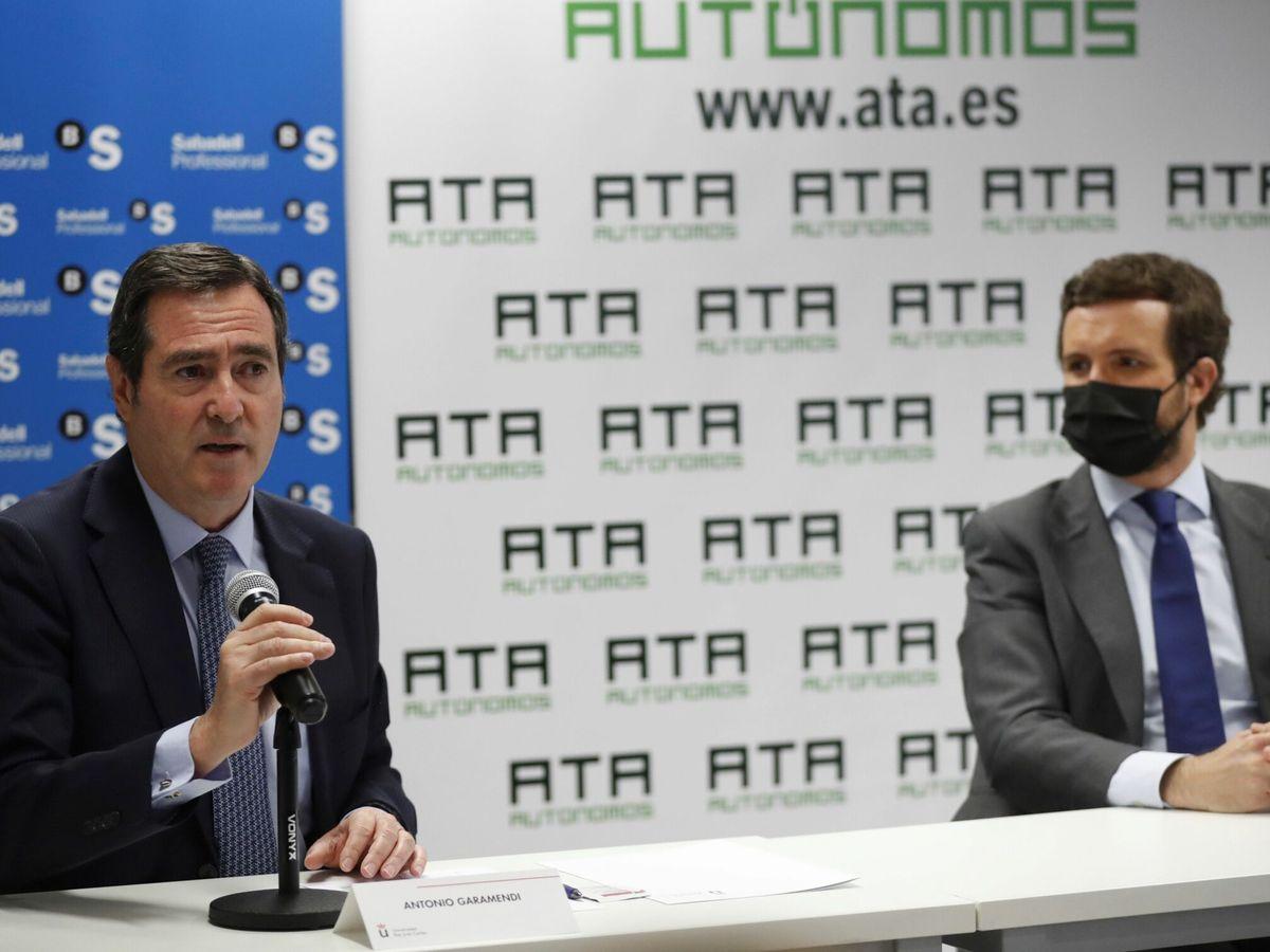 Foto: Antonio Garamendi y Pablo Casado, en los cursos de verano de ATA. (EFE)