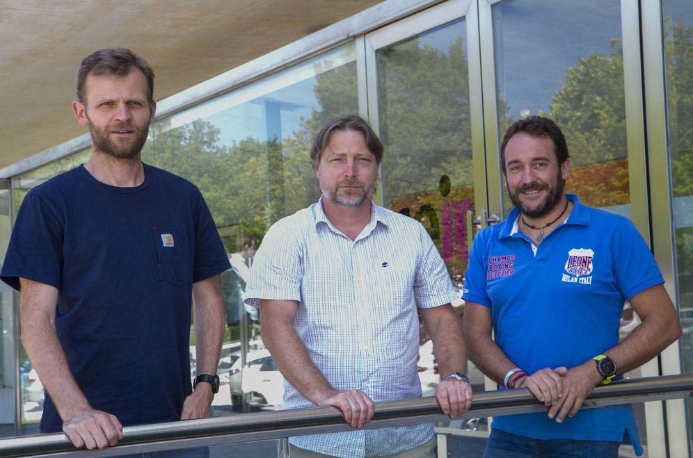 Foto: Marek Grzelczak (izq), Charles Lawrie (c) y Sergio Arana participan en el proyecto Indicate para detectar el cáncer de pulmón mediante un sencillo dispositivo. (EC)