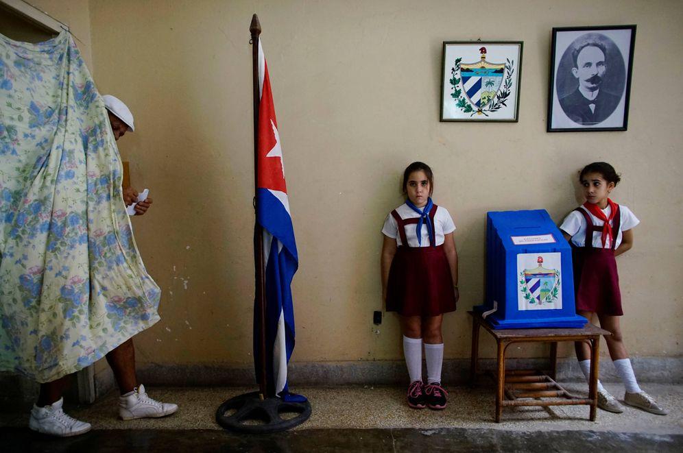 Foto: Un cubano tras depositar su voto en una colegio electoral de La Habana, Cuba, el 26 de noviembre de 2017. (Reuters)