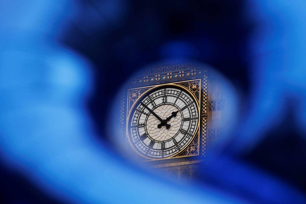 Foto: La torre del Big Ben, en el Parlamento británico, visible tras una bandera de la UE durante una protesta en Londres (Reuters).