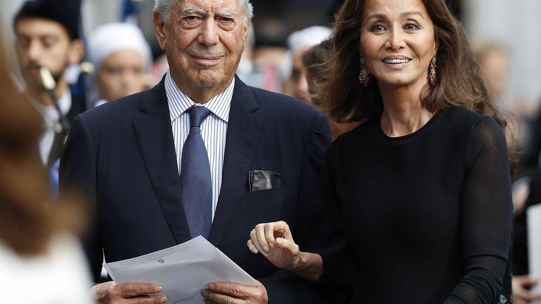 El escritor peruano Mario Vargas Llosa e Isabel Preysler, a su llegada a la ceremonia de entrega de los Premios Princesa de Asturias este año. (EFE.