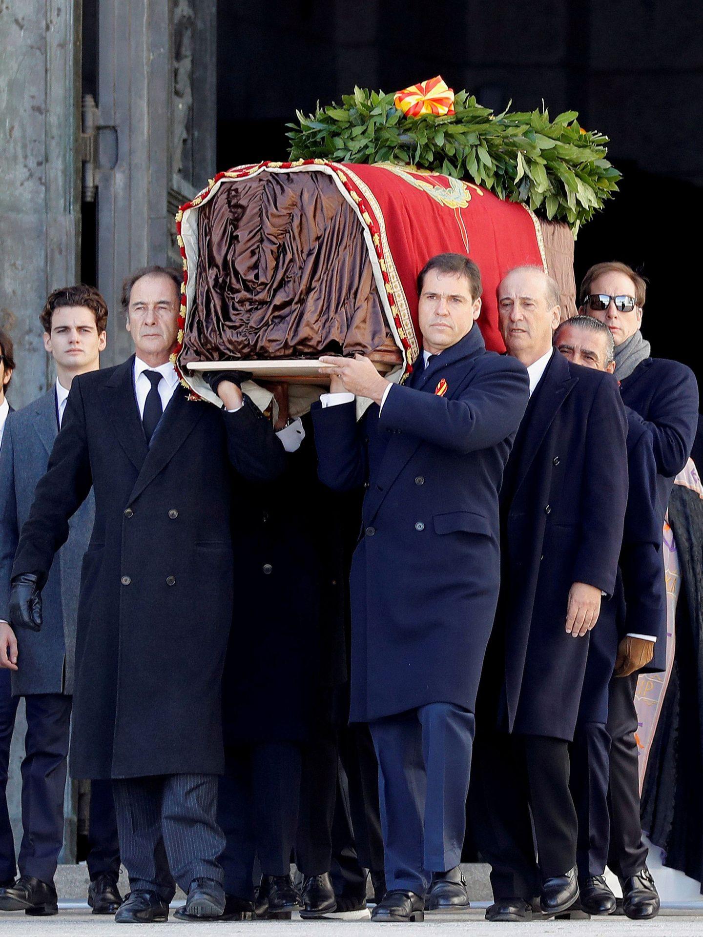 Los nietos y bisnietos de Franco portan su ataúd a la salida del Valle de los Caídos. (Reuters)