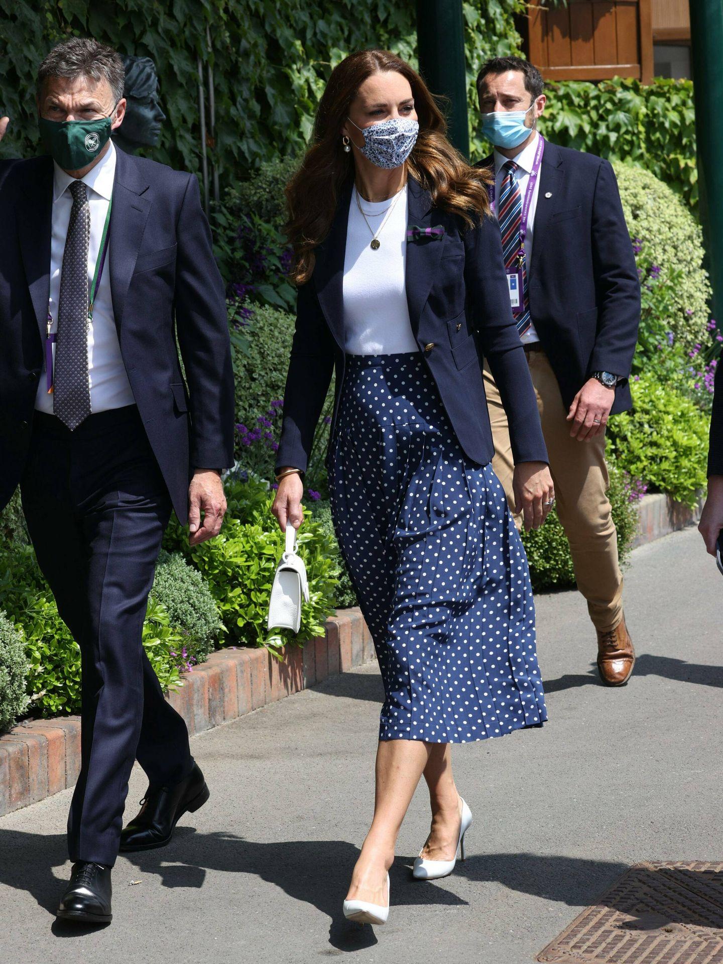 Kate Middleton, con falda plisada de lunares llegando a Wimbledon. (Cordon Press)