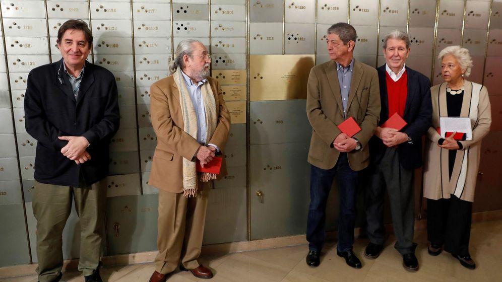 Foto: El director del Instituto Cervantes, Luis García Montero (i), posan junto a los editores Jesus Garcia Sánchez (3d), Jorge Herralde (2d), Beatriz de Moura (d) y Jesús Munarriz (2i)