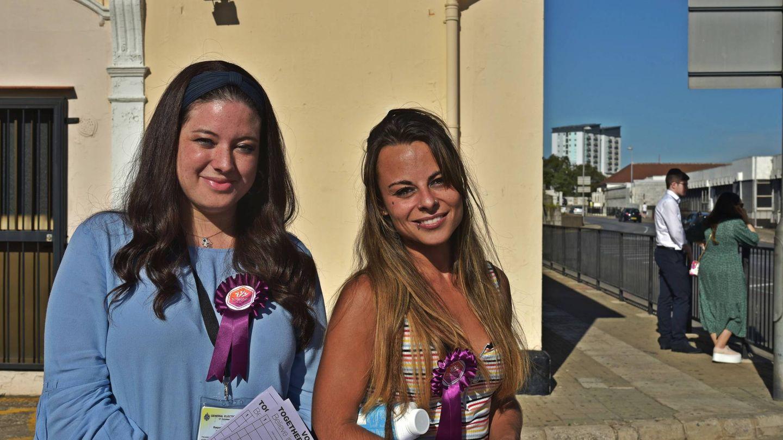Dos simpatizantes del partido Together Gibraltar, en la puerta de un colegio electoral. (Toñi Guerrero)
