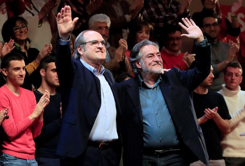 Foto: Ángel Gabilondo y Pepu Hernández, candidatos del PSOE a la Comunidad y al Ayuntamiento de Madrid, el pasado 16 de marzo en el Teatro Goya de la capital. (EFE)