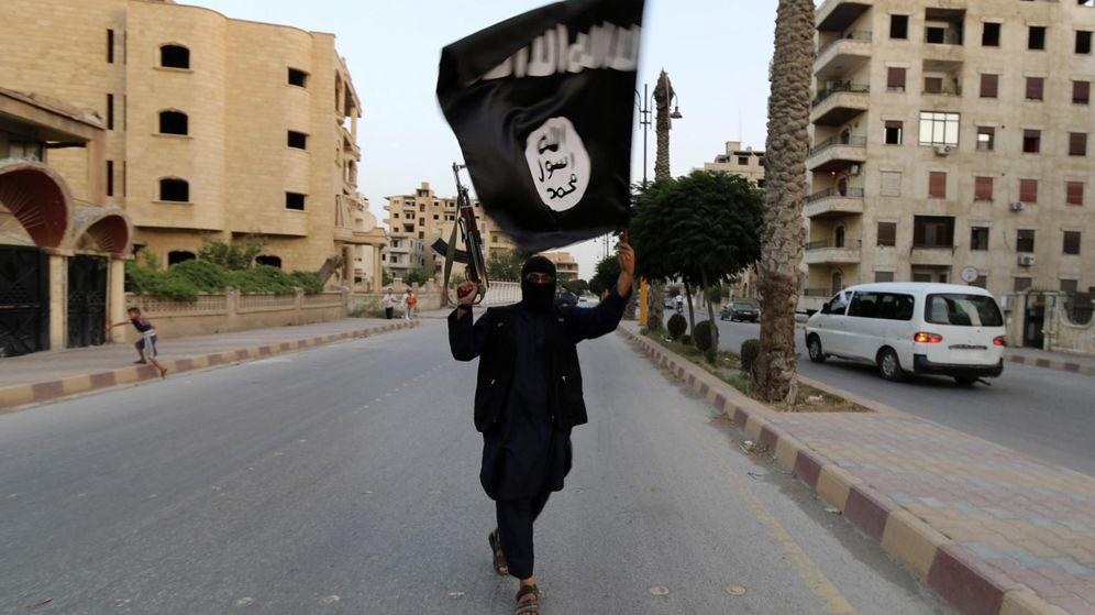 Foto: Un miembro del ISIS con una bandera en Raqqa, ciudad de Siria. (Reuters)