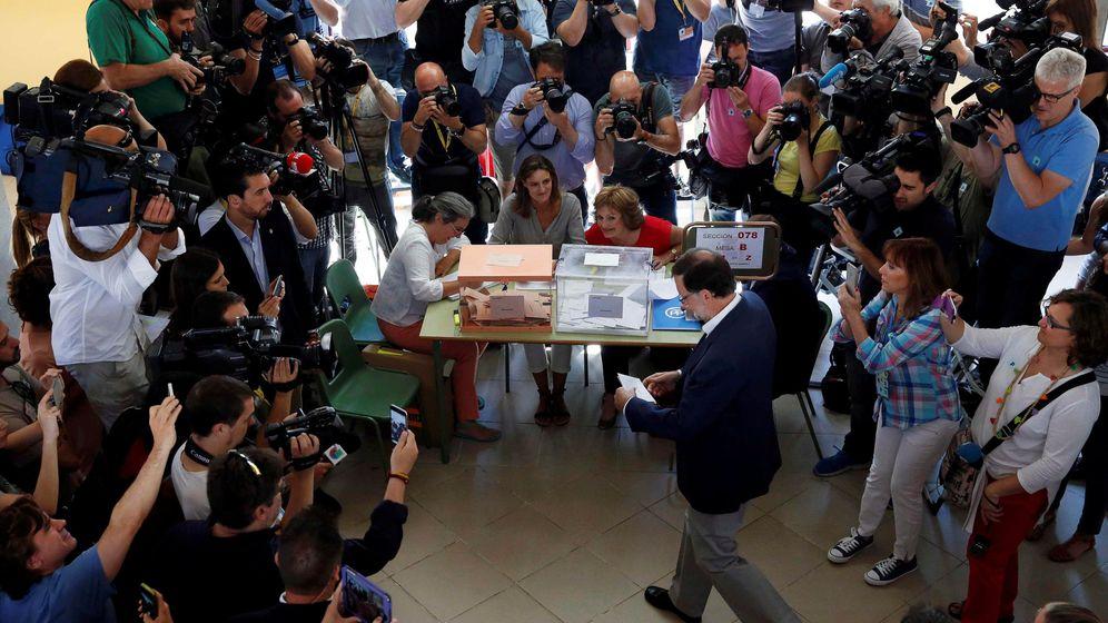 Foto: El líder popular se acerca a la mesa de votación ante numerosos reporteros gráficos. (Reuters)