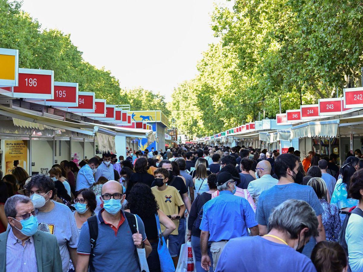 Foto: La Feria del Libro de Madrid el pasado domingo con la isleta central a la izquierda (EFE)