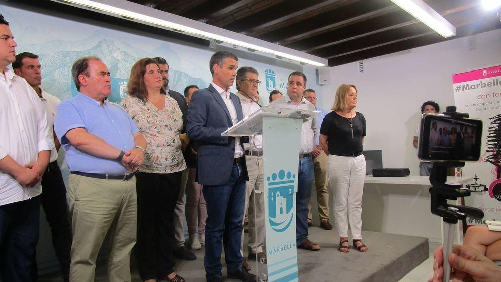 Foto: El alcalde de Marbella, José Bernal, ante los medios de comunicación tras el anuncio de la moción. (A. G.)