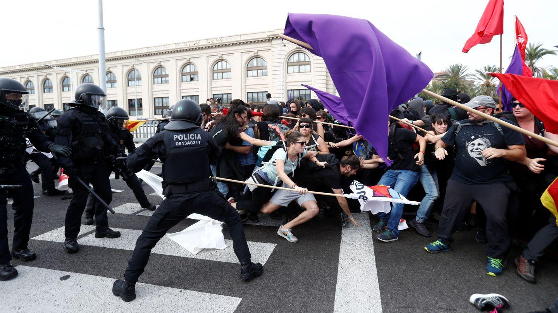 Agentes de policía cargan contra los manifestantes. (Reuters)
