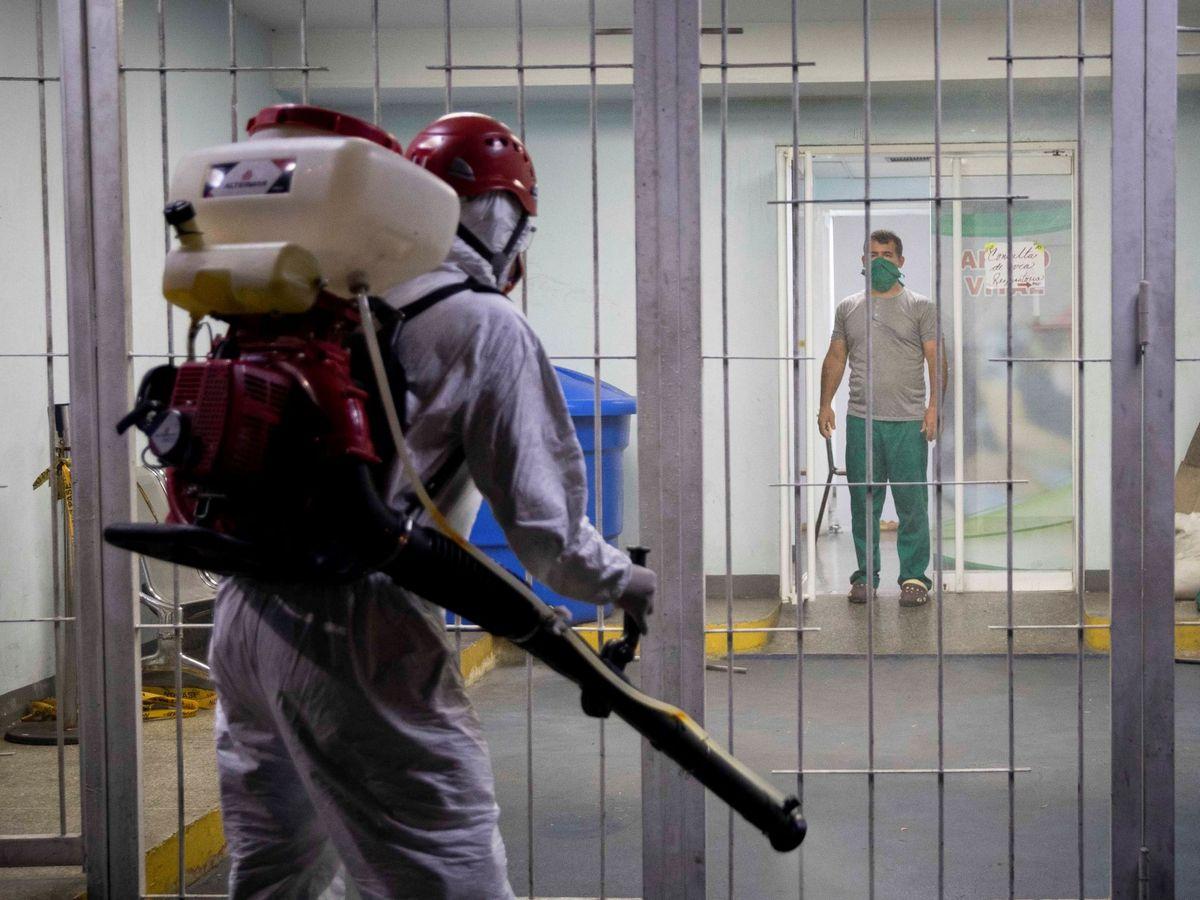 Foto: Una jornada de desinfección dentro de un Centro de Diagnóstico Integral en Caracas. (EFE)