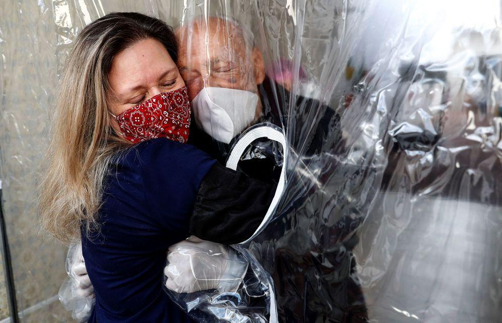 Foto: Una cortina permite a familias volver a abrazar ancianos en un asilo de Sao Paulo. (EFE)