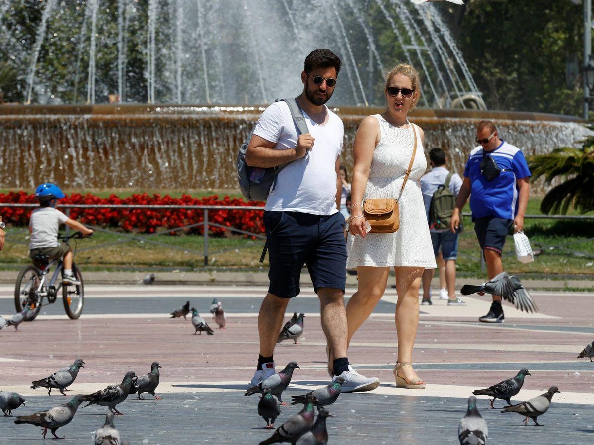 Foto: Una pareja pasea por la plaza de Cataluña, en Barcelona. (EFE)
