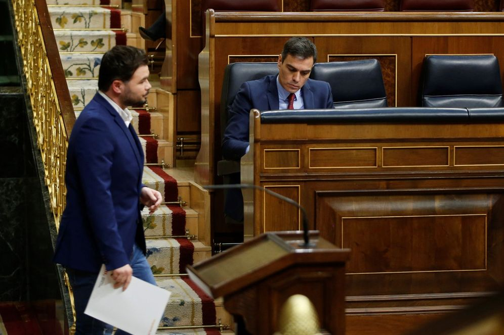 Foto: El portavoz de ERC, Gabriel Rufián, pasa delante de Pedro Sánchez el pasado 9 de abril en el Congreso. (EFE)