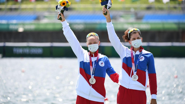 Vasilisa Stepanova y Elena Oryabinskaya celebran sus medallas de plata. (Reuters)